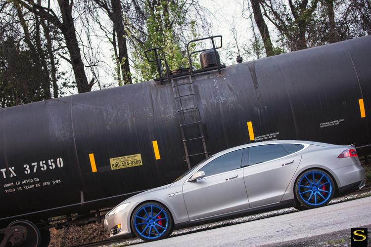 матово-металлические-тесла-модель-с-Савини-черно-ди-Forza-bm12-щетка-сине-3